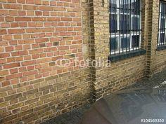 Backsteinfassade eines alten Fabrikgebäudes mit vergitterten Fenstern in Offenbach am Main
