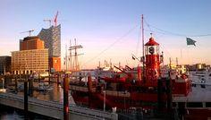 Der Anblick des Hafens weckt bei mir immer die Sehnsucht auf das Meer und dann will ich rauf aufs nächste Schiff. Und dieser Wunsch wird hier ganz einfach erfüllt. Die nächste Hafenfähre bringt einen auf die Elbe, auf dem Oberdeck weht der Elbwind um die Nase. Einmal rüber nach Finkenwerder und glücklich sein – zum Preis für ein HVV Ticket...….mehr unter: http://welt-sehenerleben.de/Archive/1977/hamburg-die-schonste-stadt-der-welt/
