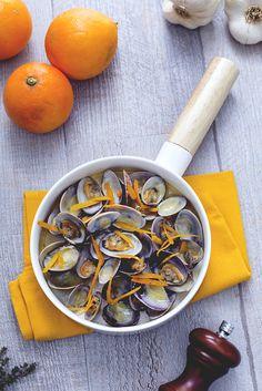 Per gustare appieno i frutti di mare non sono necessari chissà quali tecniche o condimenti...basta ad esempio saltarle in padella con un po' di #pepe fresco! Suggeriamo quindi il #sautè di #vongole all'#arancia: una portata piena di #colore e adatta ad un'occasione speciale! #ricetta #GialloZafferano