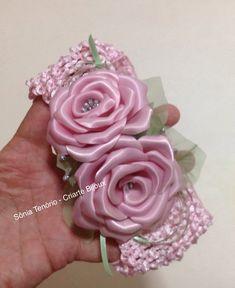 Linda faixinha infantil, com duas rosas de cetim na cor rosa. R$ 25,00