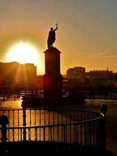 Atardecer en Gijón, Estatua de Rey Pelayo. Asturias, España.