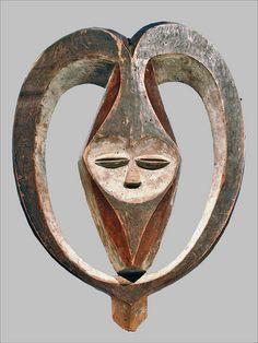 Masque facial anthropomorphe, enveloppé de cornes Kwele République du Congo bois, pigments branly