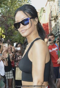 Rihanna Flaunts her sexy mid-riff out and about in NYC http://icelebz.com/events/rihanna_flaunts_her_sexy_mid-riff_out_and_about_in_nyc/photo2.html