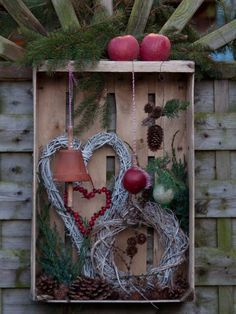 Feeding station for birds in old fruit crate - Ideen Weihnachten - DIY Deko Recycled Christmas Decorations, Xmas Decorations, Diy And Crafts, Christmas Crafts, Rustic Christmas, Winter Christmas, Christmas Time, Christmas Wreaths, Fall Decor
