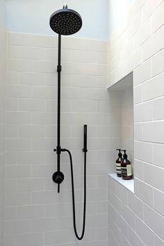 Douche sous Verriere shower robinetterie noir black tapes niche carreau de métro metro tiles - projet Durantin - Stephanie Lizee - architecte d'intérieur- interior architect - Paris - www.stephanielizee.com
