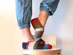 Ravelry: Simple Garter Stitch Slippers pattern by handepande good way to use up scraps of yarn. Knitting Blogs, Knitting Socks, Knitting Patterns Free, Free Knitting, Knitting Projects, Crochet Patterns, Free Pattern, Loom Patterns, Loom Knitting