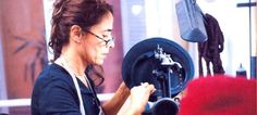 Μια γνήσια... καπελού -Η Ελληνίδα που φτιάχνει καπέλα υπερπαραγωγές -Για ποιο γάμο της παρήγγειλαν 45! [εικόνες]