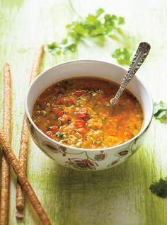 Soupe aux lentilles et aux poivrons rouges Recettes | Ricardo (remplacer le bouillon par de l'eau)