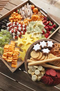 Holiday Cheese Platter for Kids - SevenLayerCharlotte - holiday appetierz Appetizers For Kids, Cheese Appetizers, Christmas Appetizers, Appetizer Recipes, Party Appetizers, Party Snacks, Christmas Dinners, Kids Christmas, Party Trays