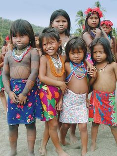 Embera, Panama Living in the Darien Jungle and the Chagres River National Park, the Embera are one of Panama's larger indigenous populations. They are hospitable people with a rich cultural heritage. I want to go hang out with these kids! We Are The World, People Around The World, Around The Worlds, Beautiful Children, Beautiful People, Xingu, Guatemala, Panama City Panama, World Cultures