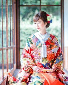 ✳︎超重要✳︎美しい和装は髪型で決まる‼︎白無垢・色打掛それぞれに合った和装ヘアまとめ♡ | 結婚式準備はBLESS(ブレス) Japanese Wedding Kimono, Japanese Kimono, Japanese Outfits, Japanese Fashion, Traditional Wedding Dresses, Traditional Outfits, Kimono Japan, Bridal Hairdo, Japan Outfit
