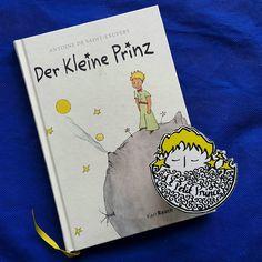 Günaydın.  Gün 5. Almanca: Der Kleine Prinz.  1950 yılında Grete & Josef Leitgeb çevirisiyle Karl Rauch Verlag tarafından Bad Salzig'de basıldı.  #kucukprens #küçükprens #hergün1küçükprens #lepetitprince #theittleprince #elprincipito  #opequenoprincipe #derkleineprinz #ilpiccoloprincipe #b612 #koleksiyon #collection #kitap #kitapokuma #exupery #kitapokumak #kitapkurdu #reading  #kucukprensmuze #küçükprensmüzesi #küçükprensmüze #almanca #german #karlrauch