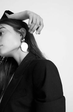This year the earrings do not intend to be discreet. Open up to Oversized earrings! Pendant Earrings, Statement Earrings, Women's Earrings, Jewelry Photography, Girl Photography, Fashion Photography, Shotting Photo, Photographie Portrait Inspiration, Photo Tips