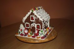 This is a mini gingerbread house recipe made of Graham Crackers. It´s an easy way of making Gingerbread House especially when you don´t have enough time baking for the gingerbread pattern. Ginger Bread House Diy, House Ornaments, Home Recipes, Graham Crackers, Happy Holidays, Merry Christmas, Christmas Decorations, Creative, Gingerbread Houses
