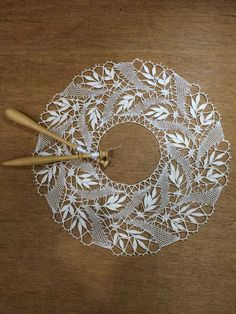 Shawl Crochet, Crochet Doll Dress, Bobbin Lace Patterns, Diy Bralette, Bobbin Lacemaking, Lace Decor, Needle Lace, Lace Making, Rugs