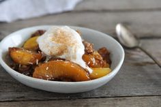 With coconut sugar, vanilla and almond extracts and sliced almonds, this coconut peach crumble tastes great but is also free from any icky ingredients.