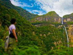 #Peru has three of the ten highest waterfalls on the planet. One of them is Gocta, located in the #Amazonas region. It has a drop of 771 meters which, along with the surrounding vegetation, creates a spectacular landscape. // En el #Perú hay tres cataratas que se encuentran entre las 10 más altas del planeta. Una de ellas es #Gocta, en el departamento de #Amazonas, que, con una caída de 771 metros y acompañada del verde selvático, crea un paisaje espectacular.