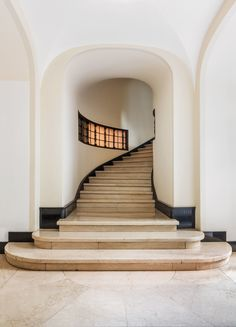 Entryway of Palazzo Sola-Busca in Milan by Aldo Andreani 1924 - 1930 Architectural Digest, Palazzo, Memphis Design, Interior Stairs, Interior Architecture, Stair Well, Modernisme, Transitional Decor, Staircase Design