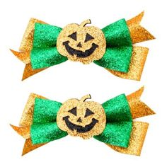 These Glitter Pumpkin Hair Clips feature layered bows in glittery gold and green fabric. They are the perfect accessory for a jack-o'-lantern or pumpkin patch scarecrow costume. Halloween Hair Clips, Halloween Bows, Halloween Trick Or Treat, Halloween Party Decor, Spirit Halloween, Halloween Costumes For Kids, Halloween Crafts, Diy Hair Bows, Diy Bow