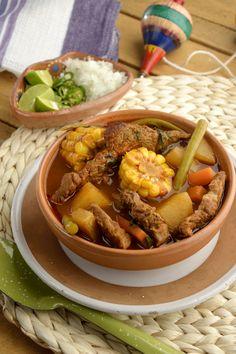 El mole de olla es una sopa tradicional mexicana de Oaxaca. La base de la receta es un caldo de res, jitomate y verduras. Disfruta esta sopa en un día de frío.