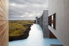 In Grindavík, Iceland, the Blue Lagoon's geothermal water wraps the Retreat Hotel and the Retreat Spa, both by Basalt Architects and Design Group Italia. Blue Lagoon Hotel, Blue Lagoon Resort, Bares Y Pubs, Hotel Restaurant, Das Hotel, Luxury Spa, Luxury Hotels, Luxury Travel, Comme Des Garcons