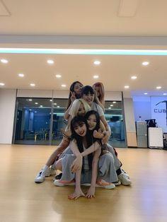 Kpop Girl Groups, Korean Girl Groups, Kpop Girls, Six Girl, Soo Jin, Angel Aesthetic, Cube Entertainment, Just Girl Things, Soyeon