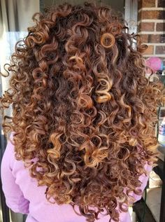 To have beautiful curls in good shape, your hair must be well hydrated to keep all their punch. You want to know the implacable theorem and the secret of the gods: Naturally curly hair is necessarily very well hydrated. Colored Curly Hair, Long Curly Hair, Curly Girl, Curly Hair Styles, Natural Hair Styles, Color For Curly Hair, Love Hair, Gorgeous Hair, Pretty Hairstyles