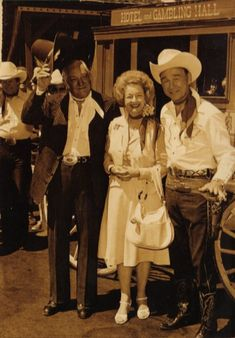 vintage everyday: 28 Amazing Vintage Photos Show the Sweet Love of Roy Rogers and Dale Evans in Their Marriage Years Hollywood Actor, Golden Age Of Hollywood, Classic Hollywood, Old Hollywood, Fitness Motivation, Sara Evans, Tv Westerns, Roy Rogers, Lone Ranger
