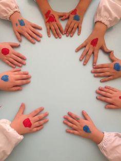 """Prime attività di coding unplugged Per iniziare spieghiamo che cosa significa coding. I coding significa programmazione informatica, giocando i bambini imparano a programmare e a sviluppare il """" p… Educational Activities, Toddler Activities, Reggio Children, Digital Story, Math Tutor, Coding For Kids, Math Games, In Kindergarten, Pixel Art"""