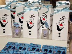 Linda caixa com o personagem Olaf do tema Frozen para enfeitar sua mesa de doces ou dar como lembrancinha.    Caixa feita com papel glossy 200 gramas com cortes especiais, fita decorativa e tag.    Acompanha fita de cetim e vai aberta para colocar guloseimas.      * * * * * * * * * * * * * * * * ...