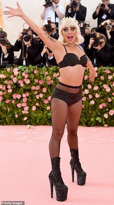 Met Gala Stars arrive for the most outrageous red carpet yet The final act: Lady Gaga finished Musica Lady Gaga, Lady Gaga Met Gala, Divas, Met Gala Outfits, Red Outfits, Lady Gaga Fashion, Lady Gaga Pictures, Met Gala Red Carpet, Gala Dresses