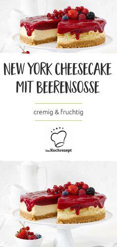 Käsekuchen – immer wieder ein Hit! Außerdem lässt er sich herrlich vielseitig servieren. Klassisch pur mit Quark, mit Kirschen, Rosinen, Mohn oder Mandarinen, mit Schokolade in Boden und Creme … Man könnte stundenlang weiterschwärmen und immer neue Variationen aufzählen. Welche dabei natürlich niemals fehlen darf, ist dieser New York Cheesecake mit Beerensosse. #daskochrezept #cheesecake #käsekuchen #newyorkcheesecake #beeen #beerensoße #cremig #fruchtig #amerikanischeküche