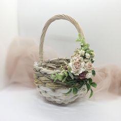 Flower girl basket, basket with flowers, wicker basket, twig basket, rust. Boho Flower Girl, Flower Girl Basket, Wicker Picnic Basket, Wicker Baskets, Flower Girl Pictures, Baby Breath Flower Crown, Wedding Gift Baskets, Old Wicker, Basket Decoration