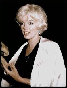 """17 Novembre 1961 / Photos Douglas KIRKLAND ; à propos : Il réalisa une séance photos avec Marilyn pour le numéro spécial du 25ème anniversaire du magazine """"Look"""". Il avait 26 ans et seulement un an d'expérience de photographe en free-lance pour les magazines de luxe. Au cours de la séance qui eut lieu le 17 novembre 1961, Marilyn demanda aux assistants de sortir de la pièce afin de rester seule avec lui : « Je pense que je devrais être seule avec ce garçon. Je pense que son travail n'en sera…"""