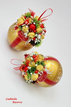 Christmas Candy, Christmas Bulbs, Christmas Crafts, Christmas Decorations, Holiday, Candy Flowers, Paper Flowers, Fererro Rocher, Vegetable Bouquet
