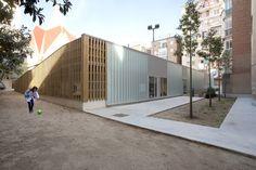 """Escola em San Medir / rdl arquitectos - Barcelona. """"Criamos um piso alto, tipo """", cavidades"""", formado por placas de polipropileno 75 x 50 cm e 50 cm de altura, com uma camada de compressão de 5 cm. Um sistema de aquecimento é instalado por cima, com polietileno reticular multitubular, e finalmente, coberto por um pavimento de concreto derramado """"in situ"""", todo colorido, e um acabamento polido emaranhado"""" - Via Archdaily Brasil"""