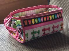 Small sewing bag with flying pockets not sewn to the bottom