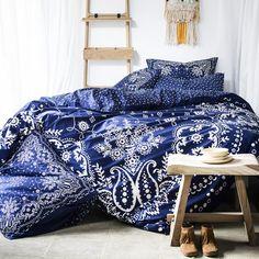 Linge de lit motif bandana par Serge Bensimon pour Essix. La marque de linge de…