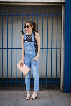 Street style tip of the day: Denim overalls Fashion 2017, Fashion News, Fashion Trends, Fashion Bloggers, Fashion Women, Style Fashion, Jumper Outfit, Estilo Denim, Pin Up
