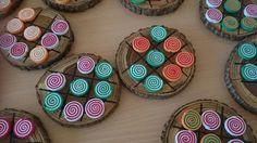 Tres en raya de madera y fichas espirales de goma eva.