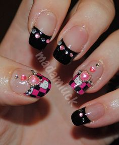 Too flippin' cute! I want to try these.  Hello Kitty Nail Art