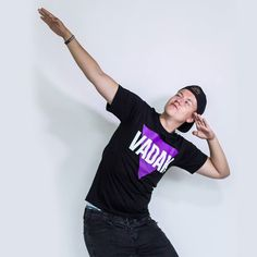 Je tu pááátek večer! Co máš dneska nebo na víkend v plánu? . Vaďákova trika a další youtuberský merch najdeš na #realgeek.cz  #vadakmerch #vadak #whiteraven #purple Youtubers, Instagram Posts