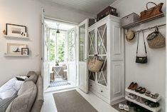 Kuistin kautta: Kotimme myynnissä Small Sunroom, Sunroom Ideas, Entry Closet, Romantic Shabby Chic, Brown Sofa, Small Apartments, Mudroom, Home Interior Design, Sweet Home