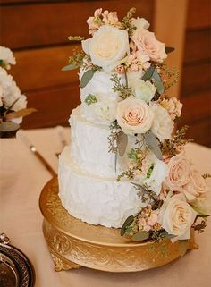 rustic wedding cake idea via Ais Portraits / http://www.himisspuff.com/200-most-beautiful-wedding-cakes-for-your-wedding/18/