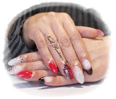 Unhas em gel em cores vermelho e preto e branco leitoso com nail art pedras brilhantes,gliters e onças <3