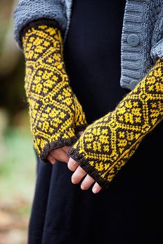 Maybe blue and brown? Or hot pink with bright orange? Ravelry: Kerstin pattern by Clara Falk Double Knitting, Hand Knitting, Knitting Patterns, Crochet Patterns, Knit Mittens, Knitted Gloves, Knitted Dolls, Wrist Warmers, Hand Warmers