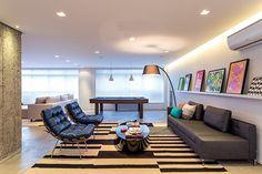 Descontraído, inovador e convidativo, o apartamento de solteiro, em São Paulo, interliga ambientes com funções distintas e aposta no cinza como base chic para o mobiliário. Projeto Zai Arquitetura.
