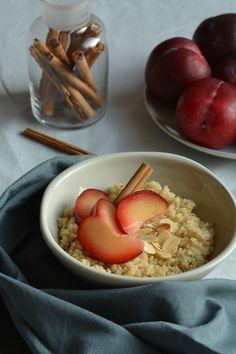 Zoete gekookte quinoa met kaneel, geraspte kokos, noten en vers fruit, voor een heerlijk en voedzaam begin van je dag. Glutenvrij en vegan!