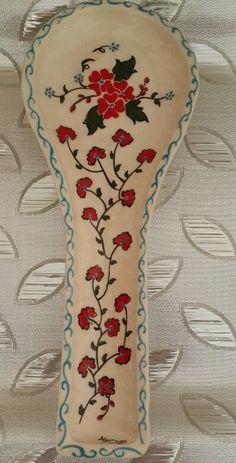 Nurcan Kara- Kaşıklık Ceramic Spoons, China Painting, Spoon Rest, Decoupage, Projects To Try, Pottery, Hand Painted, Ceramics, Sculpture