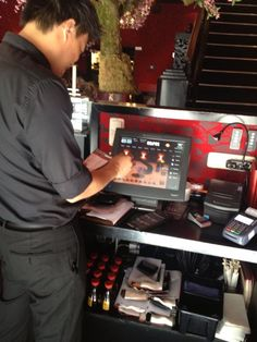 Een medewerker van Sumo. We hebben vooral gemerkt dat ze erg vrolijk en behulpzaam zijn voor de klant.